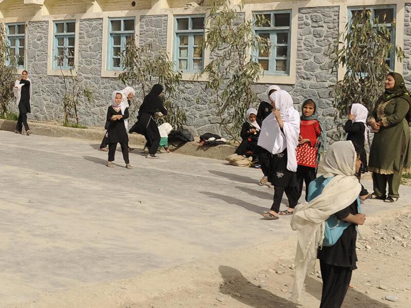 Des filles jouent pendant la récréation à l'école Ayno Meena Number Two à Kandahar en Afghanistan. Crédit : GPE / Jawad Jalali