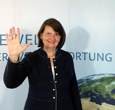 Maria Flachsbarth levant la main en soutien à la campagne de financement du GPE