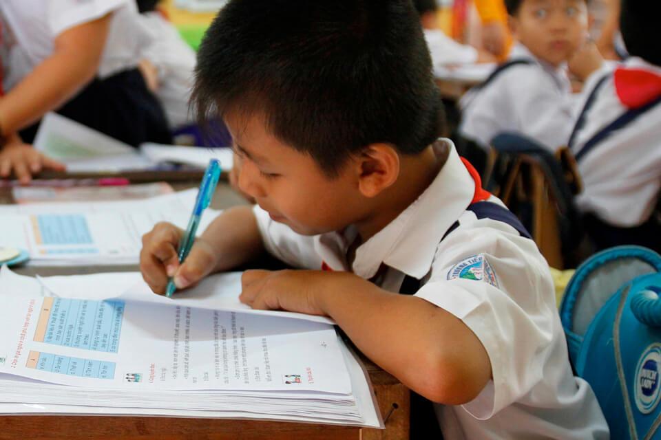 Plus d'enfants apprennent : 70 % des pays partenaires disposant de données ont amélioré leurs résultats d'apprentissage entre 2010-2015 et 2016-2019, et près de la moitié des pays disposaient de bons systèmes d'évaluation de l'apprentissage en 2020, contre seulement un quart en 2015. Cependant, seulement 23 % des enfants des pays partenaires âgés de 10 ans peuvent lire et comprendre un texte simple.
