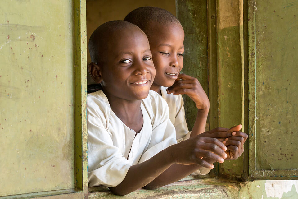 Plus d'enfants terminent leurs études au niveau de l'éducation de base : le taux d'achèvement du primaire est passé de 72 % en 2015 à 76 % en 2020, et le taux d'achèvement du premier cycle du secondaire de 49 à 53 % au cours de la même période. Entre 2015 et 2020, les financements du GPE ont soutenu 32,7 millions d'élèves, dont 24,2 millions dans des pays partenaires touchés par la fragilité et les conflits.