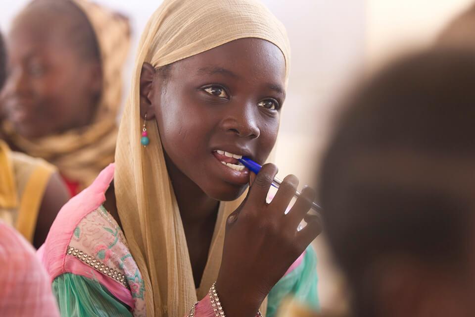 L'accès des filles à l'éducation s'est amélioré : l'écart entre les taux d'achèvement moyens des études des garçons et des filles s'est réduit depuis 2015, passant de 6 % à 3 % pour le primaire et de 10 à 7 % pour le premier cycle du secondaire.