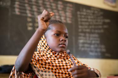 Student raises her hand in class.  Couronne Nord 1 Primary School, Niamey, Niger. Credit: GPE/Kelley Lynch