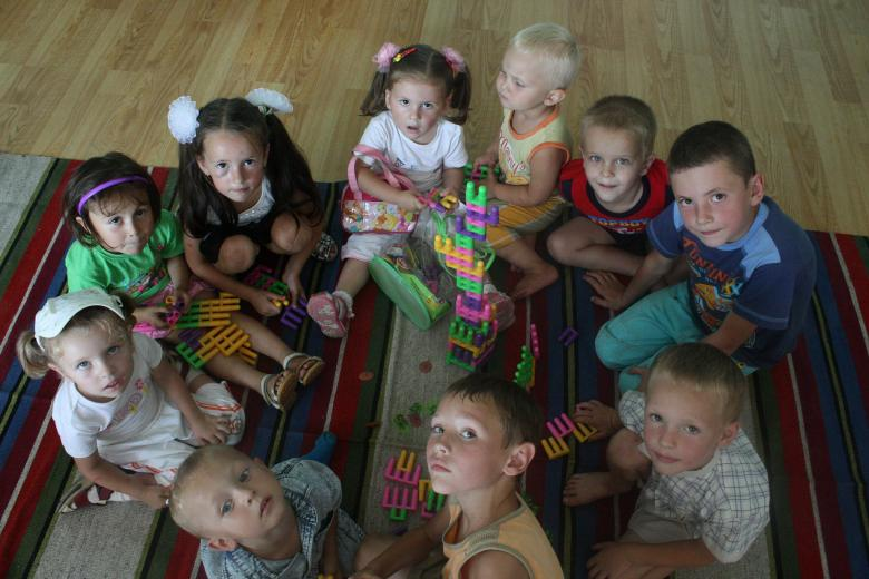 Children build a tower with bloc;s in their pre-school classroom in Moldova. Credit: GPE