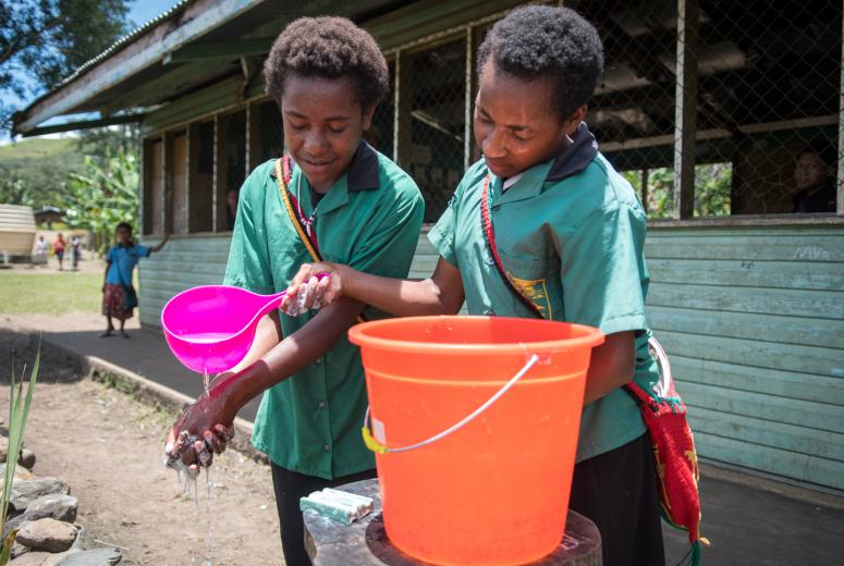 School children practice hand washing at one of the Primary Schools in Goroka, EHP. UNICEF PNG/Bell/2018