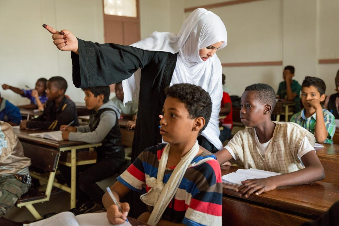 Mariam Mohamed Vall, 32, a third year student at ENI-NKTT (L'Ecole Normale des Instituteurs de Nouakchott) teaches a fourth grade Arabic class at Ecole Annexe primary school; Nouakchott, Mauritania. Credit GPE/Kelley Lynch
