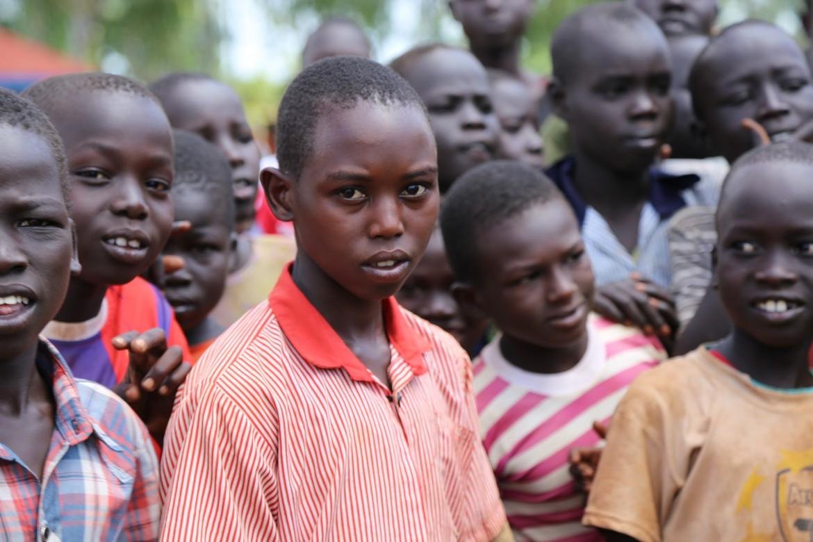 Developing countries host 85% of the total refugee population of the world.| (Source: GEMR/UNHCR Global Trends 2017). Refugee children gather at the entrance of Kiryandongo refugee settlement in Uganda. In 2017, Uganda hosted close to 1.4 million refugees, most fleeing violence from South Sudan, DR Congo and Burundi. Credit: GPE/Chantal Rigaud