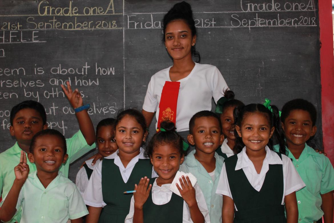 Shania Samwaru, Grade 1 teacher, St Anthony Primary School, with her students. Credit: GPE/Carolina Valenzuela