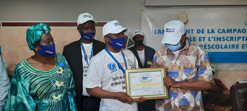 Presentation by the Minister of Education of a certificate in recognition of UNICEF's work to support continued learning. Credit Aboubakar Sidiki, Nov. 2020
