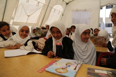 Internally displaced children attend a class in a tent school provided by UNICEF in Ibb, Yemen, Sunday 10 January 2016. © UNICEF/UN050306/Madhok